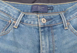 When selling jeans online, post photographs of the jeans. You will want to put up a full length photo of the jeans, the front button and tags, the back of the legs to show that there is no fraying, and a photo of the back pockets.