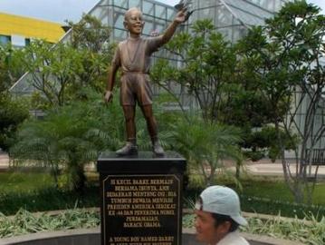 Statue of little Obama at Menteng Park.