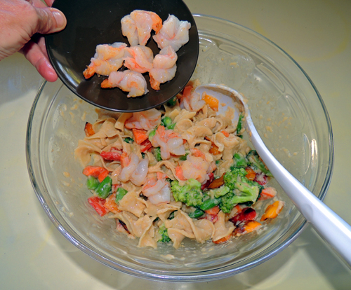 Add shrimps to noodles