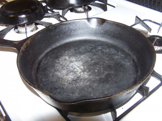 This is a Griswold Cast iron Pan to heat oil in.