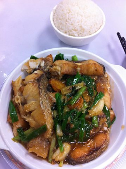 Deep-fried fish with spring onion and cooked rice