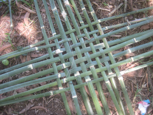 The horizontal and vertical pattern of the bamboo splits as base of the bamboo basket (Photo Source: Ireno Alcala)