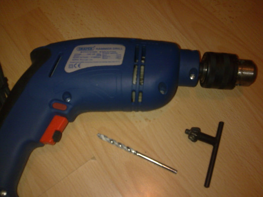 Power drill, chuck key and drill bit