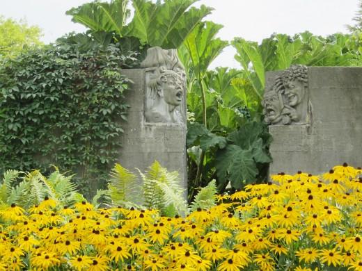 Sculptures representing opera characters