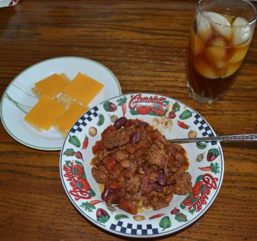 Chili with a side of sweet tea and cheese and crackers.