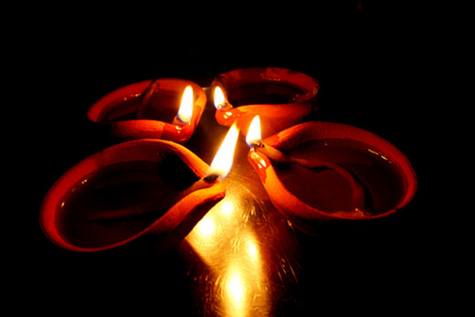 Simple yet elegant—a beautiful sight that will surely touch your heart. This is one of the most heartwarming diya settings I've seen.