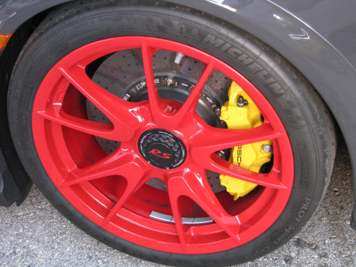 Center-lock wheels derived from the racing program and PCCB brakes