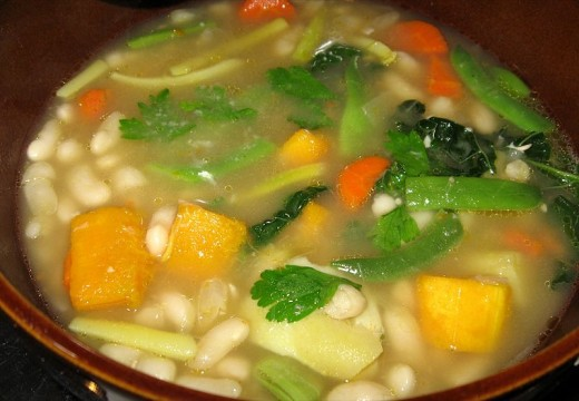 Bean soup is a healthy dish that can be enjoyed for several days. The flavor improves.