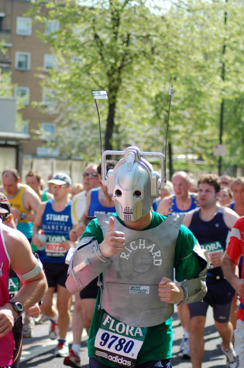Runner portraying cyberman in 2008 marathon london-marathon-64