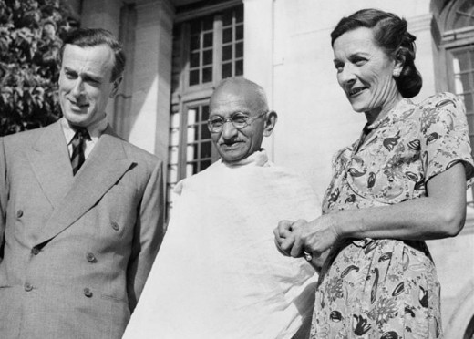 Gandhi wit Luis Mountbatten and Lady Mountbatten. Luis Mountbatten was Governor General of India.