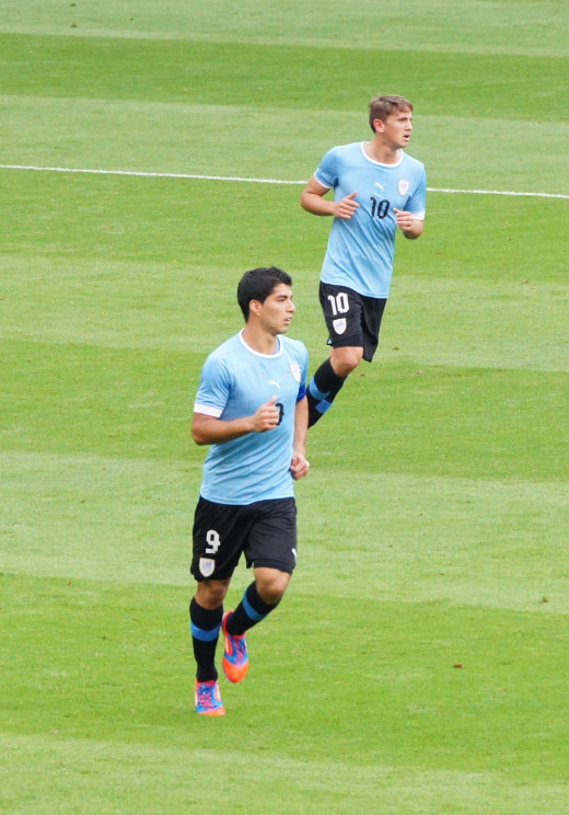Luis Suárez and Gastón Ramírez playing for Uruguay.