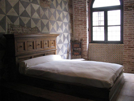 The bedroom to which Romeo made his famous climb, and Giulietta's bed.