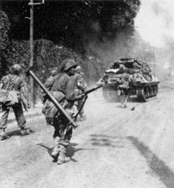 Μen of the 5th Infantry Division advance toward Fontainebleau supported by M10 tank destroyers of the 818th TD Battalion. August 23, 1944.