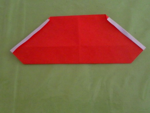 Make a small fold of about 2-3mm along the left and right edges of the paper.