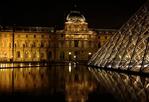 The Louvre Museum's Renaissance-style building and glass pyramid entrance were photographed by Pipiten on June 3, 2008.