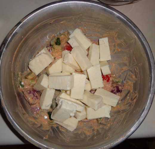 Put the onion, capsicum, tomato and paneer in the prepared paste for mixing