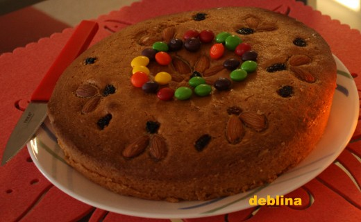 The Vanilla Sponge Cake with Candy Toppings