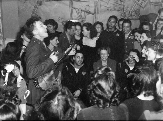 Peter Seeger playing to an racially integrated audience as the honored guess of Eleanor Roosevelt, February 13th, 1944. Seeger an important figure in the development of socially conscious music passed away on January 27th, 2014 at the age of 94.