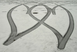 This photo was taken on February 5, 2009 in Newbury, England, GB, http://www.flickr.com/photos/lovestruck94/3255420745/ 2 hearts in the snow by lovestruck. / © Some rights reserved. Licensed under a Creative Commons Attribution-NonCommercial-NoDeriva