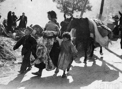 Spanish refugees crossing border