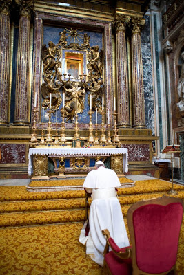 Pope Francis praying at altar of Mary