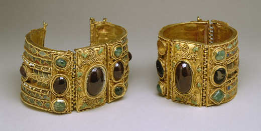 bracelets from the 1st-century-BC Greek colonies in the Black Sea region