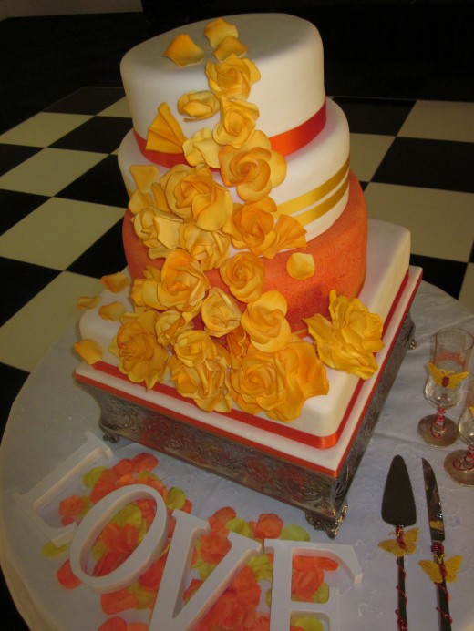 Colorful and delicious, the perfect summer wedding cake!