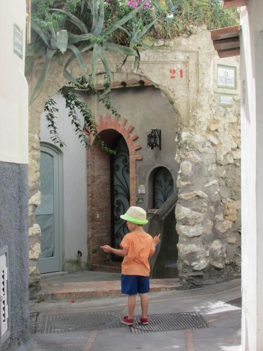 Whcich way?  Capri Town..