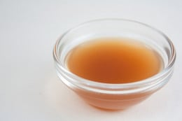 Making apple cider vinegar toner at home is very easy.