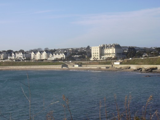 Castle Beach.  The small snack shack can be seen near the centre of the picture, with the toilet just right of this.  The large building behind the two is the Falmouth Hotel.