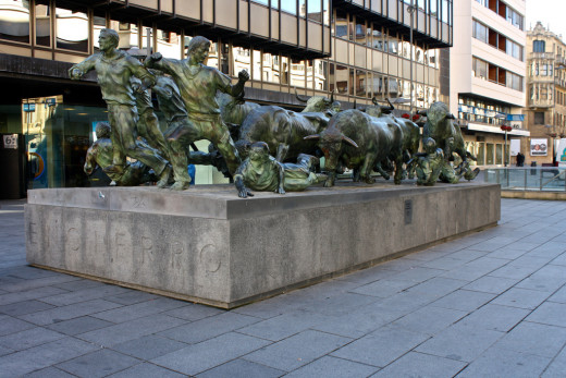 Running of the Bulls statue / Estatua del Encierro de Toros, Pamplona