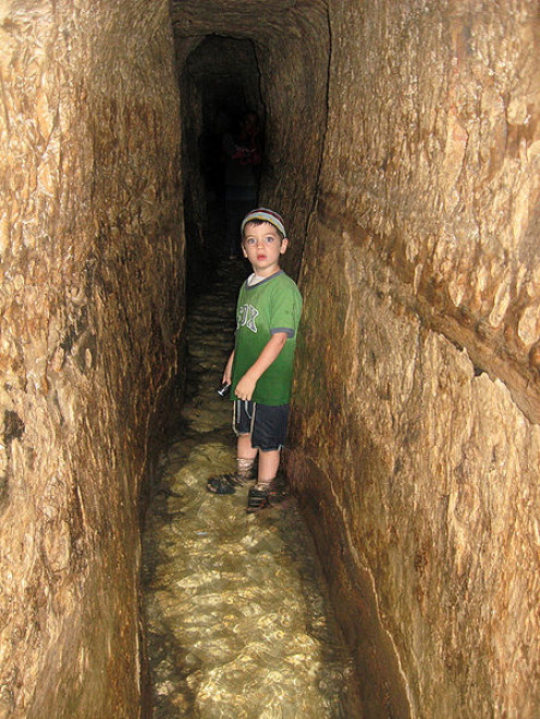 A Little boy inside Hezekiah's Tunnel נקבת השילוח