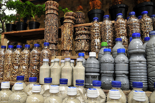 Volcano muds and wood carving found in Tangkuban being sold as souvenirs