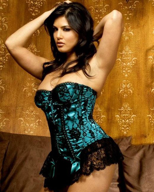 Bollywood News and Gossip VISIT BISCOOT SHOWTYM FOR FULL STORY CLICK BELOW : http://www.biscoot.com/showtym Sunny Leone has already lost oodles of weight to fit into Bollywood, but that's