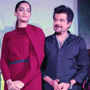 """""""FOR MORE BOLLYWOOD NEWS CLICK ON THE IMAGE"""" Get latest Bollywood News and Gossip VISIT BISCOOT SHOWTYM FOR FULL STORY CLICK BELOW : http://www.biscoot.com/showtym Daddy Anil Kapoor is doing all he can to save his daughter Sonam Kapoor's Bollywood"""