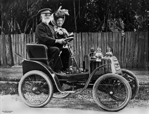 An Ipswich couple are driving an early Linon voiturette, probably a 1902 model with a single cylinder.