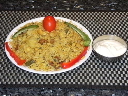 Eat Healthy Vegetarian Food and Yogurt. સ્વાદીષ્ટ ખોરાક મનને આનંદમાં રાખે છે. જમવામાં દહીં જરૂર લેવું