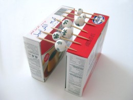 An improvised toothpick bead holder with two jelly packets.