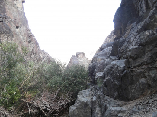 Picture of the canyon wall. Top right part of the picture is the ledge from the picture above. Don't fall ;-)