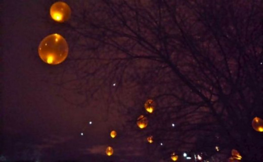 Battery tea lights inside translucent balloons are an awesome holiday touch.