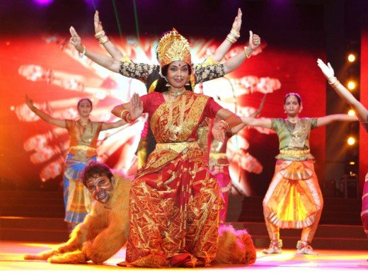 Grand start to Navratri dance festival in Ahmedabad in presence of Shri Narendra Modi, 7 October 2013