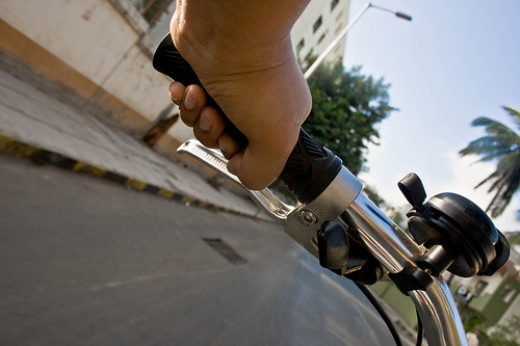 Prolonged leaning on the handlebars may cause numbness of the pinky finger.