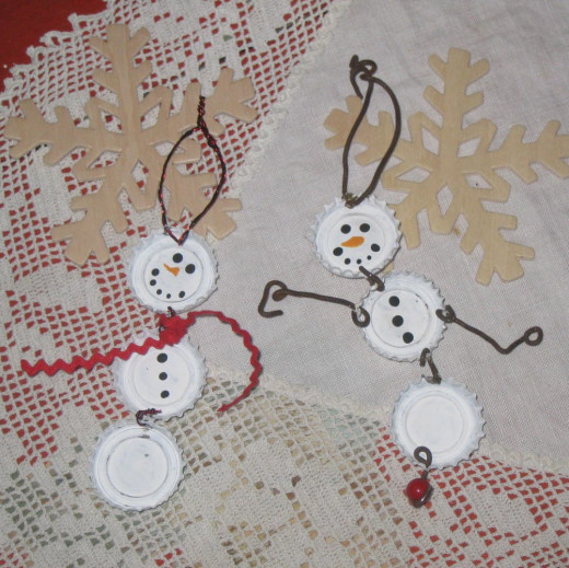 A couple of fun bottle cap snowmen all ready to hang on the tree.