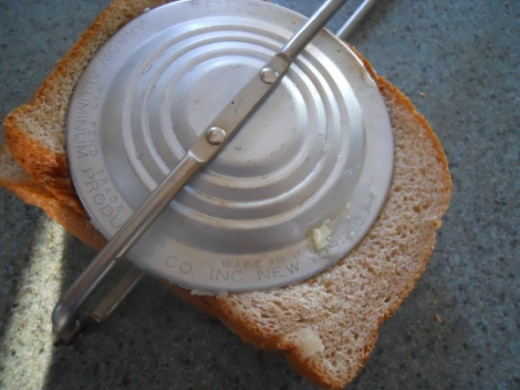 Close pie iron and lock the handle so it's tight.