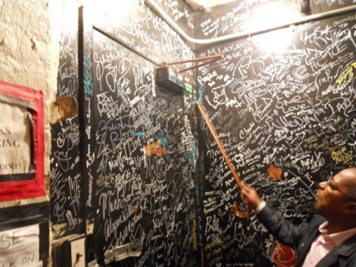 Signature-Wall-Apollo-Theater
