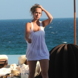 Jennifer Love Hewitt and her new boyfriend, Jamie Kennedy are in Mexico and man, you can just feel the love coming from these pictures and she looks hot resting by the pool. Don't you think Jennifer Love Hewitt Is A Real Hottie In These Photos