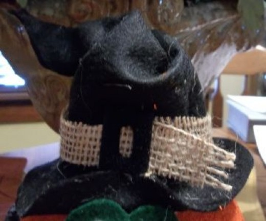 burlap-band-black-buckle-on-witch-hat