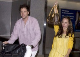 Finishing up their lovers' getaway to Cabo San Lucas,  Jennifer Love Hewitt and her new beau, actor and comedian Jamie Kennedy, arrived to Los Angeles International airport on Wednesday night (March 25). Walking through the terminal in a banana yello