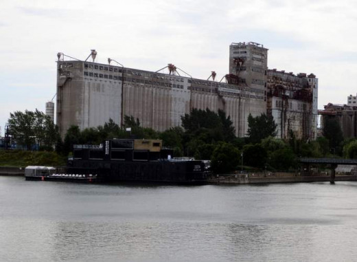 The huge grain elevator facing the Lachine Canal.