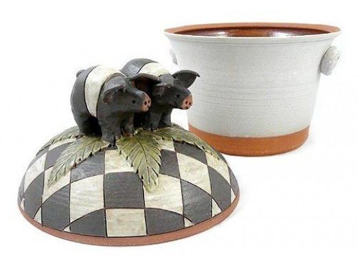 Sculpted Americana Pig Covered Casserole Dish